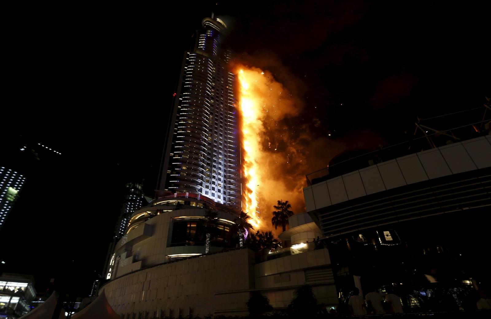 Flammene står opp langs fasaden på det 5-stjernes Address Hotel i Dubai sentrum.