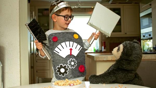 Norsk dramaserie. Børsterobot. Julian søler mye når han skal helle frokostblanding i skålen. Pappa sier han må feie opp etter seg, men det vil ikke Julian.