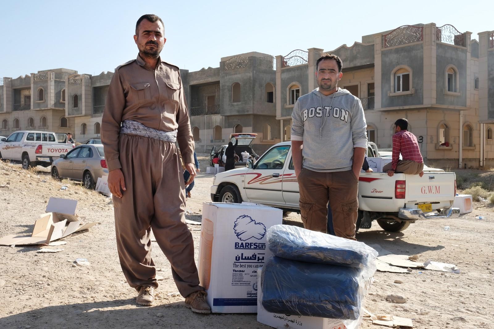 Jalals bror dukker opp fra folkehavet, de ser hverandre for første gang siden flukten fra Kirkuk.