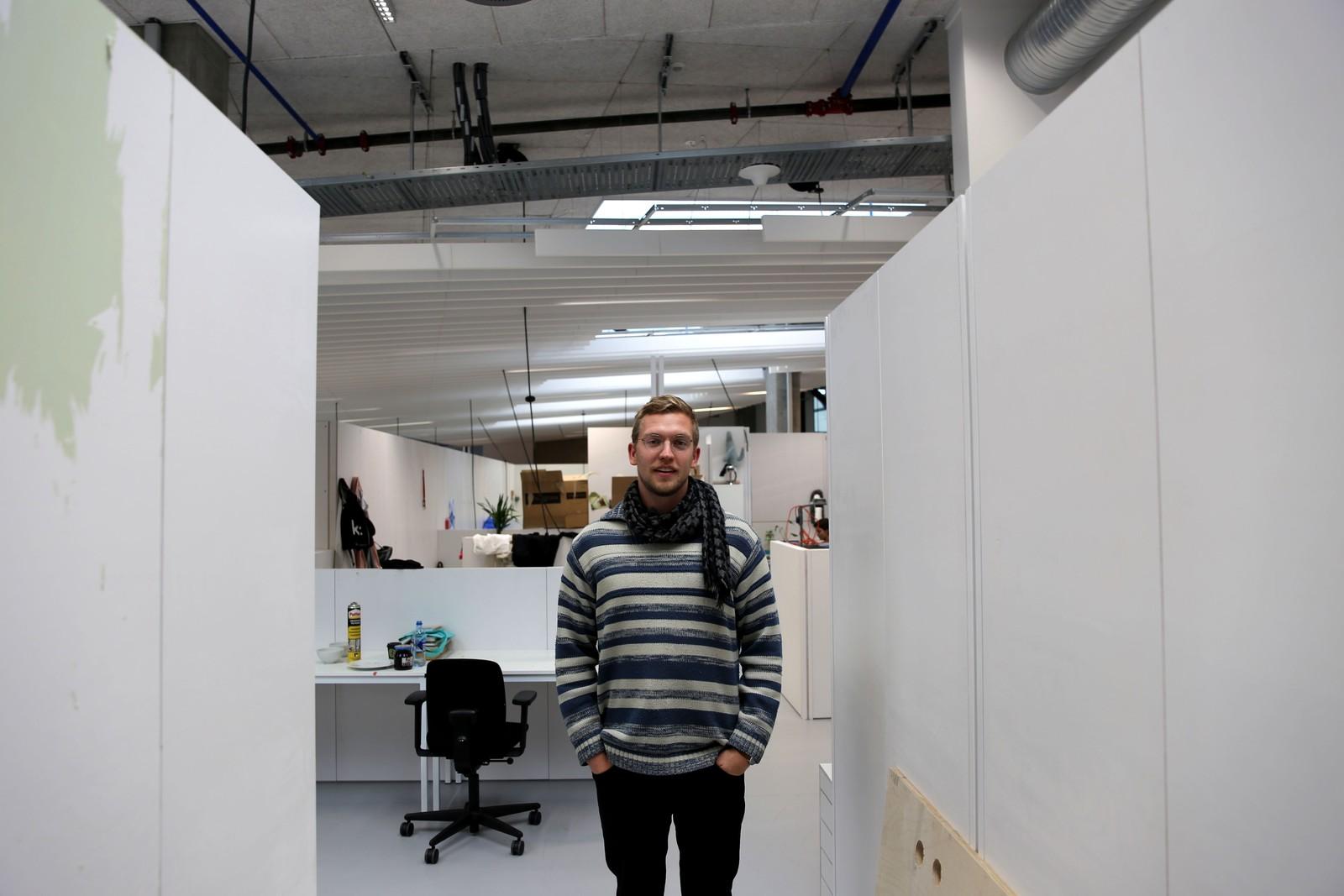 VENTER: Masterstudent Fridtjof Wesseltoft venter på at alle verkstedene skal bli klare.