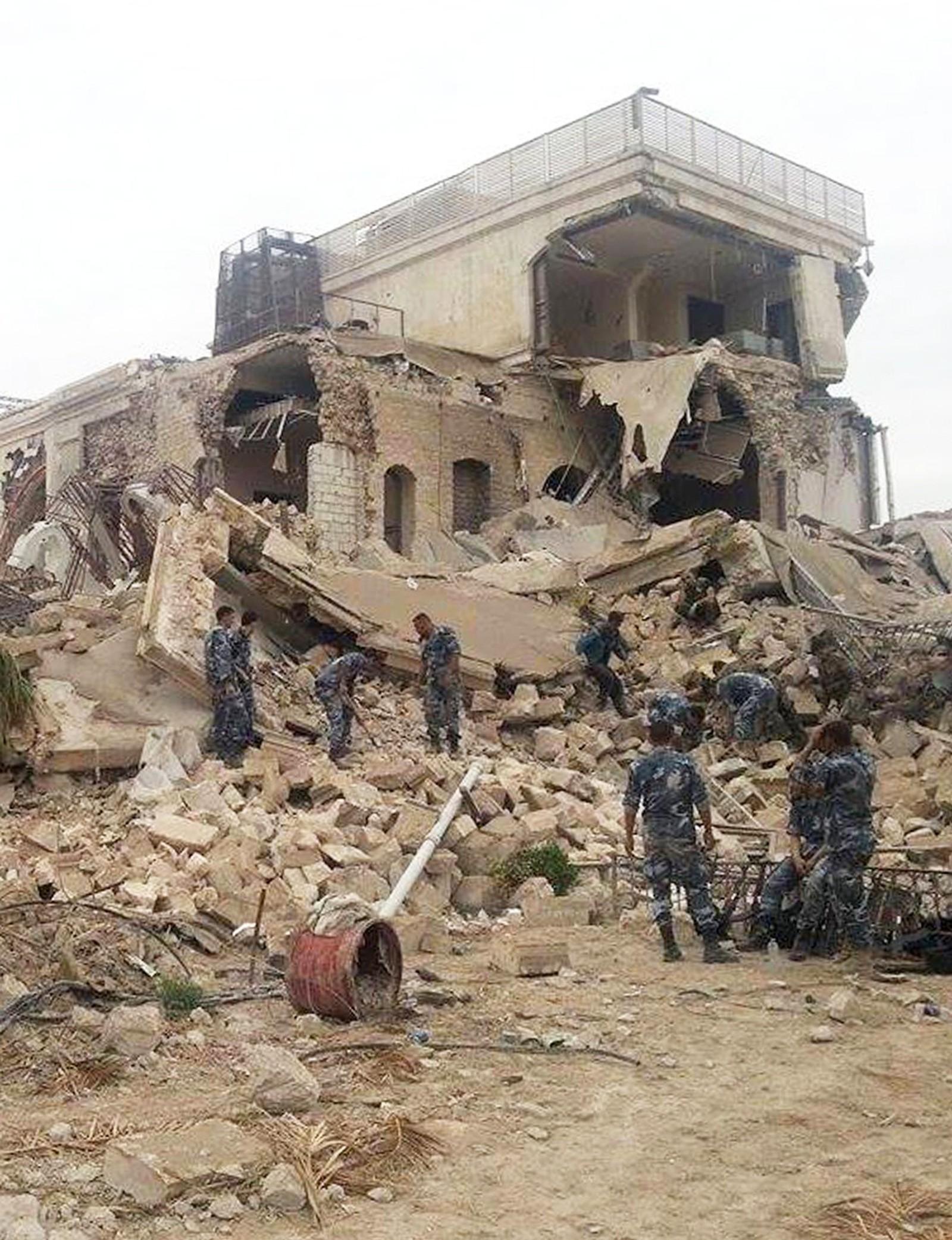 Bildet viser et sterkt skadet Carlton Citadel Hotel i Aleppos gamle bydel.