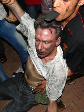 Den amerikanske ambassadøren slept ut på gaten fra konsulatet i Benghazi