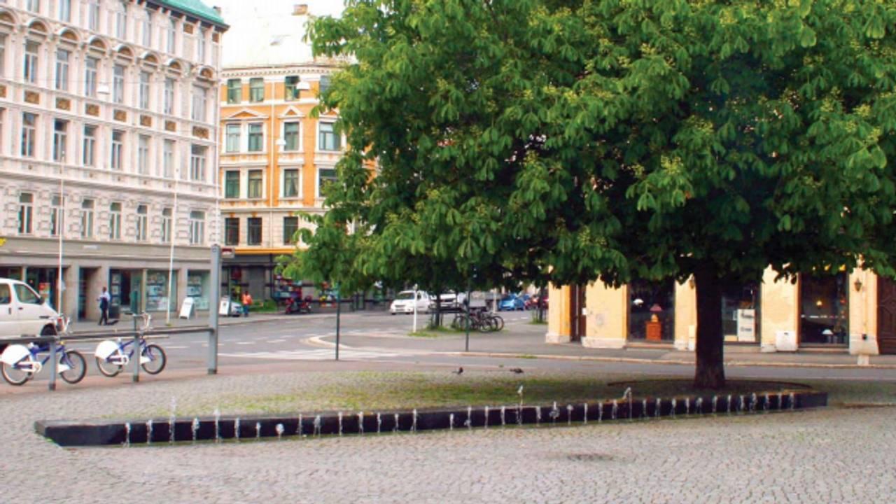 Fontene med skulptur laget av kunsteren Nabil Mansori. Helga Helgesens plass på Grønland i Oslo. Innskrift fra Sommerfugl i vinterland av Halvdan Sivertsen på norsk og arabisk.