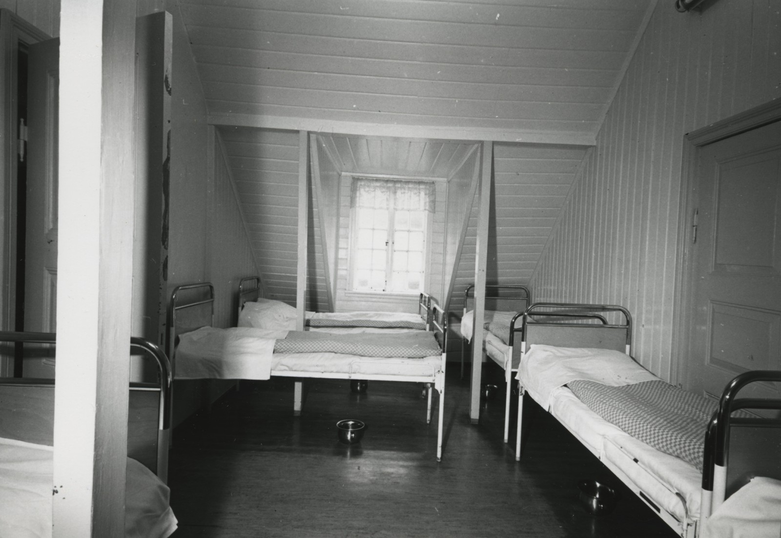 Dette biletet er truleg tatt noko ut på 1900-talet. Under sengene sto nattpottene klare.