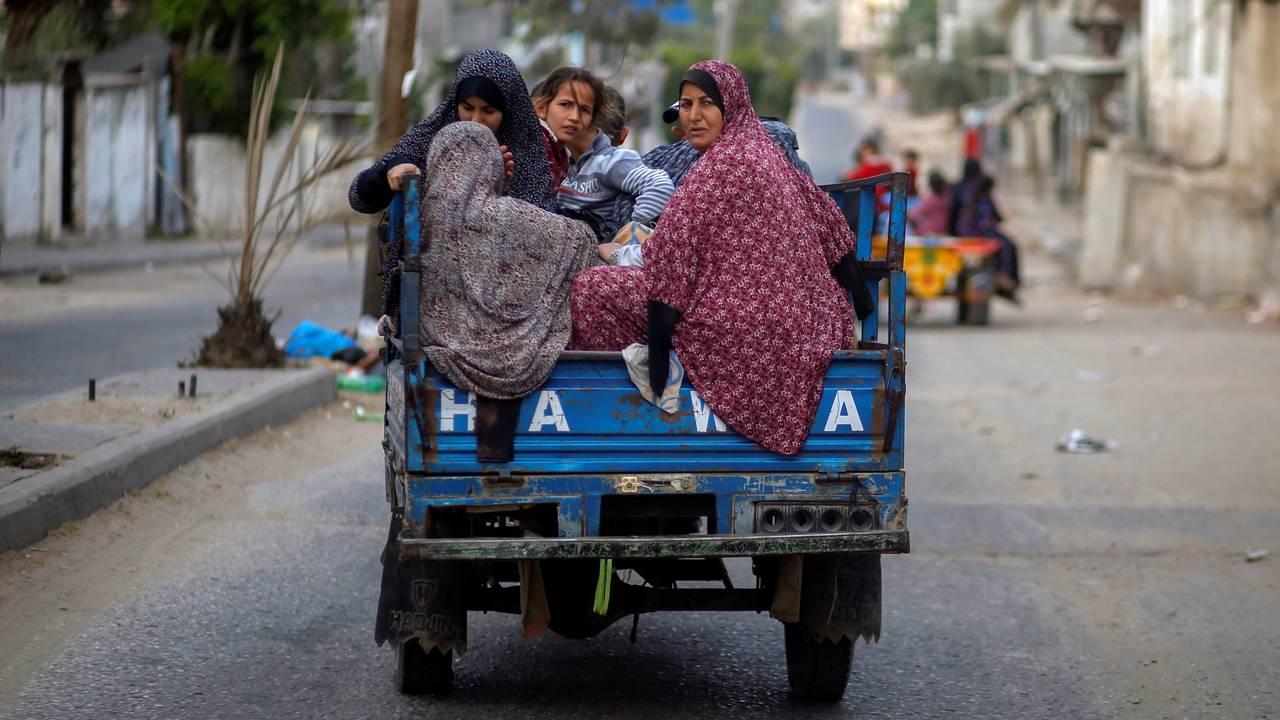 En familie flykter fra sitt hjem i Gaza etter at bomber traff bygningen de bodde i natt til fredag 14. mai.