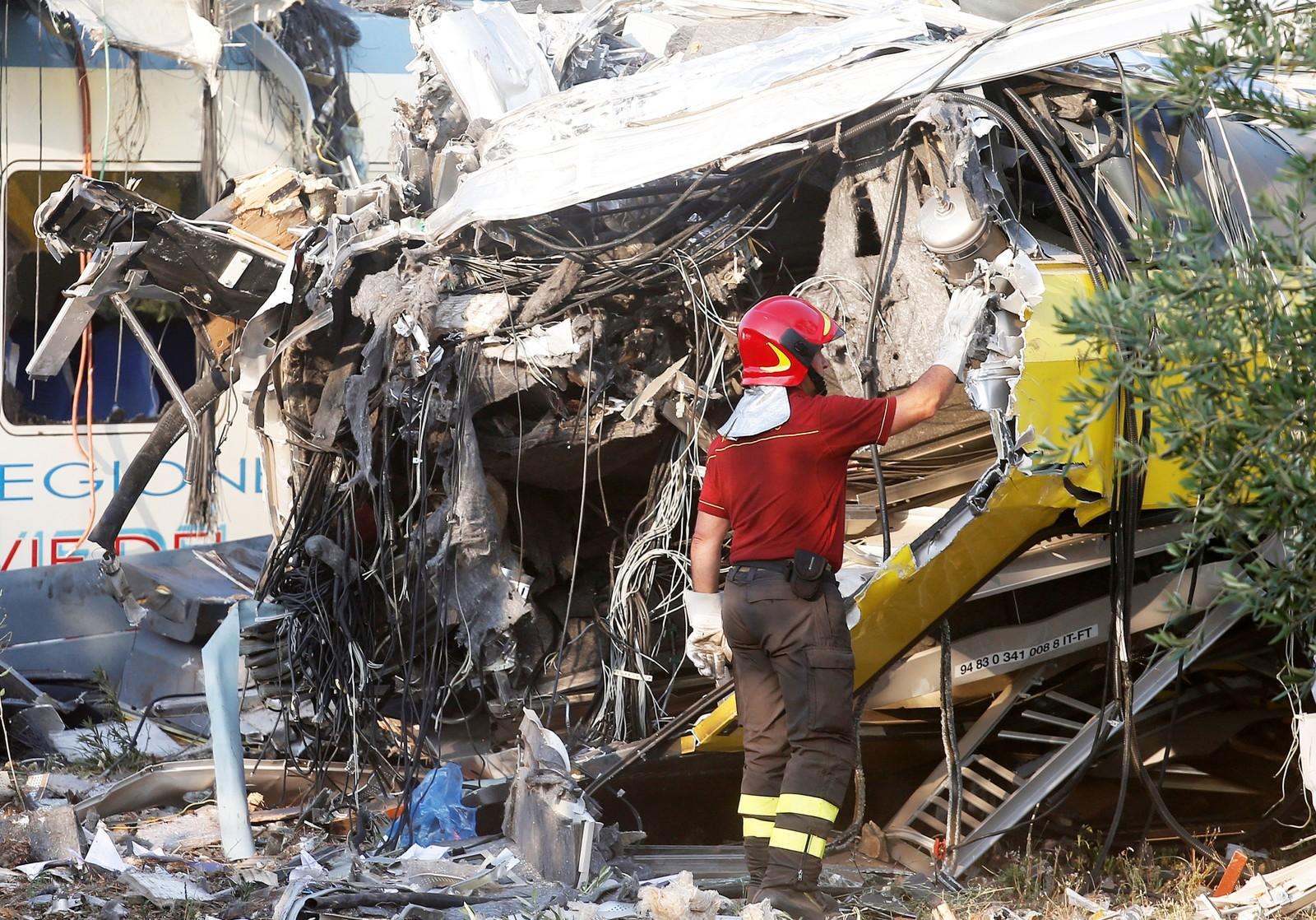 Redningsarbeid etter togulykke i Italia