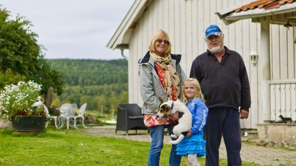 Norsk dokumentarserie. (4:12)Amalie er på overnattingsbesøk hos besteforeldrene sine som bor på en gård. Bestemor har lovet at Amalie skal få ri på den store hesten Siba. Det er litt skummelt, men det går fint når bestemor leier hesten.