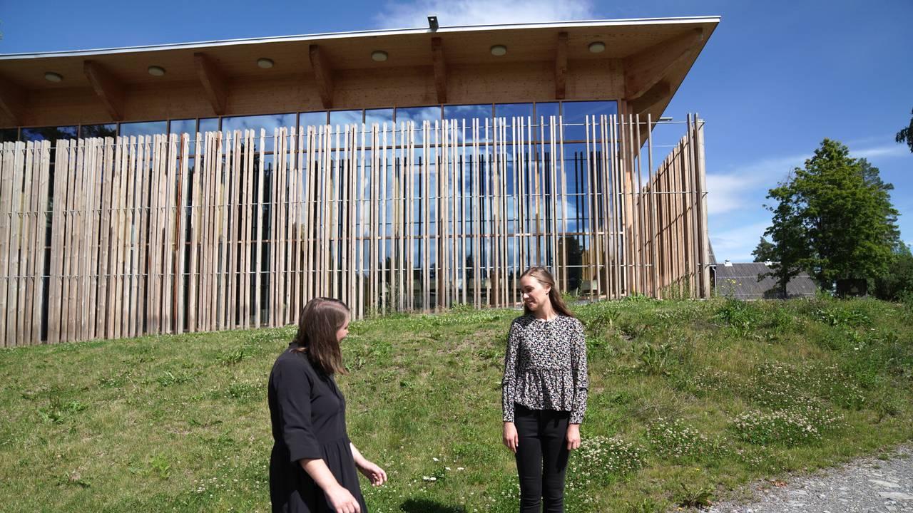 Astrid Hoem og Ina Libak utenfor Hein-huset