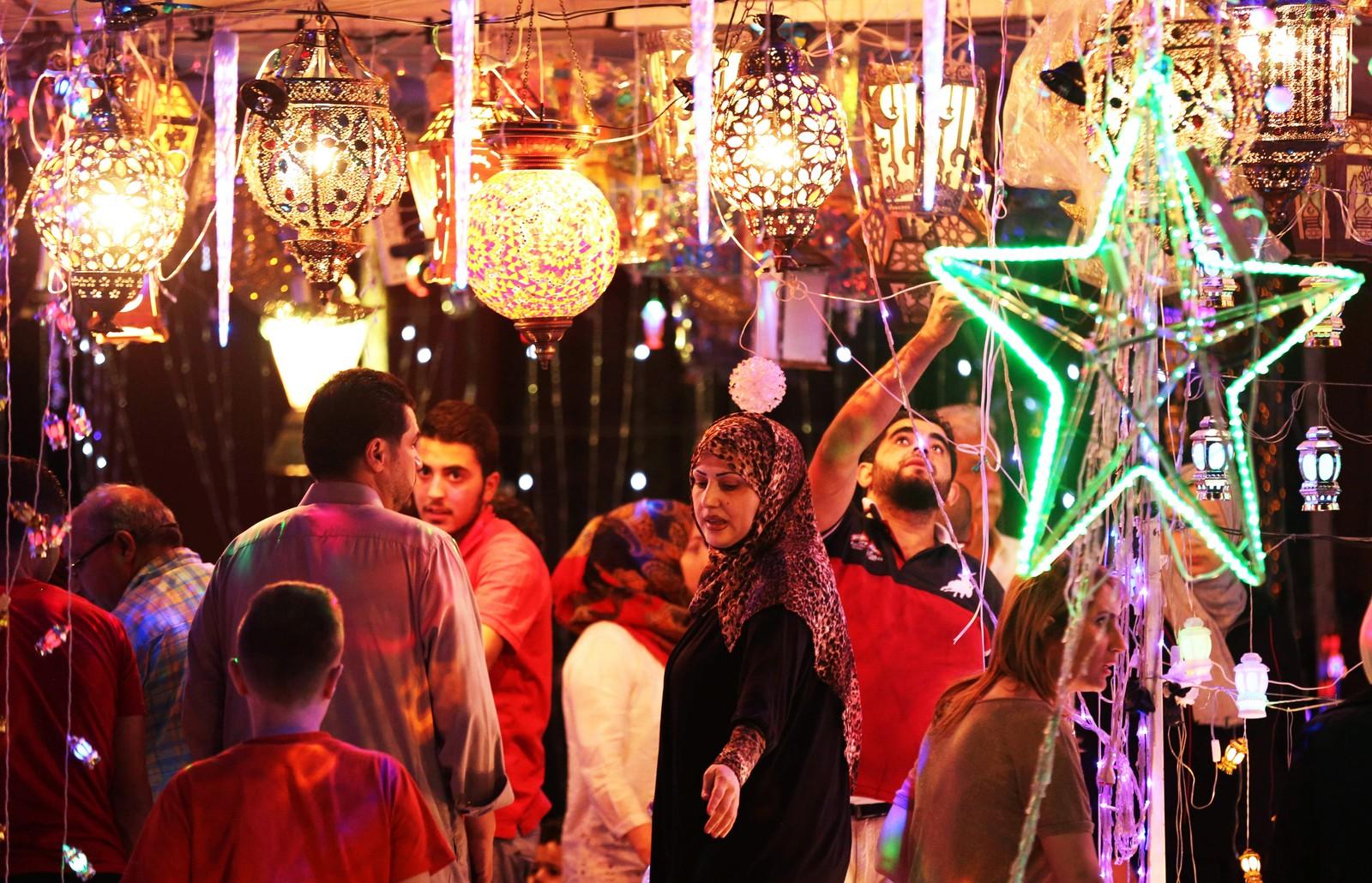Ved innledningen til ramadan henger mange opp månelamper som symboliserer den viktige mymånen. Dette bildet er fra en butikk i Amman i Jordan søndag kveld.