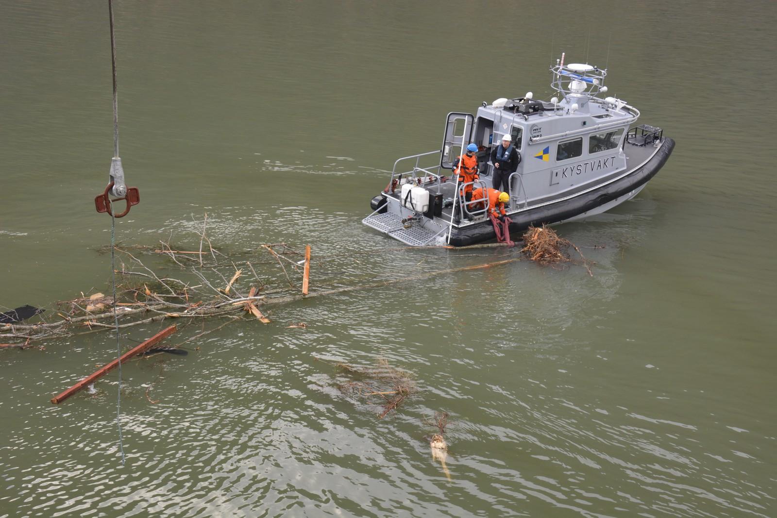 REKVE: KV Njords patruljebåt i sving under oppryddingsarbeidet.