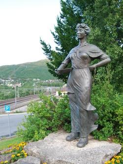 HISTORISK: Statue av Svarta Bjørn like ved jernbanestasjonen i Narvik. Foto: Billy Jacobsen / NRK