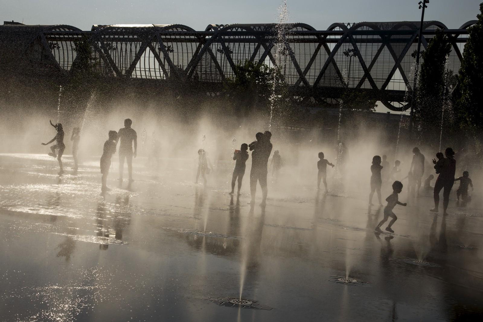 40 grader i Madrid denne uka. Da er det deilig å kjøle seg ned i en fontene.