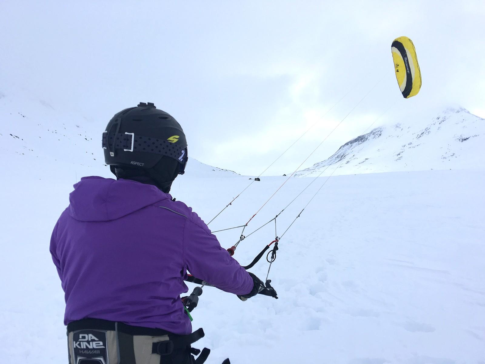 KITING PÅ SNØ: Du blir dregen framover av ein dragen, medan du har ski eller snøbrett på beina.