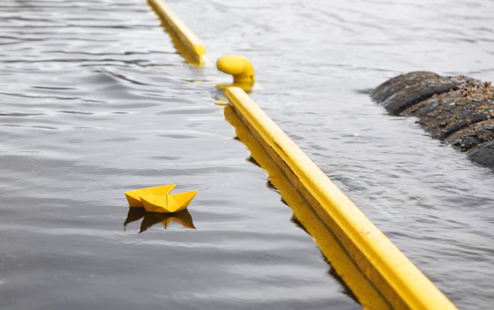 Noen hadde tatt seg tid til å sette ut disse to papirbåtene da vannet nådde bryggekanten i Vågen i Bergen.
