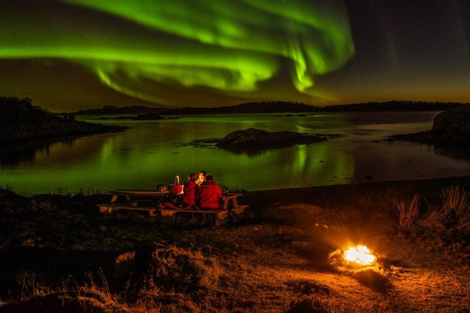 Fra Yttersia på Hadseløya. Himmelen nærmest koker i nordlys.