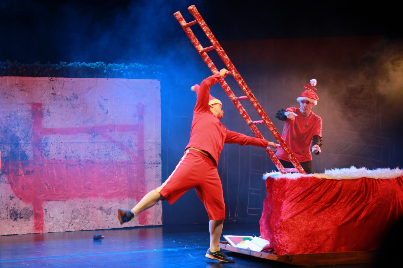 Mr. Caboom og Ove Rocketroll må finne på en smart måte å få stigen ned i julesekken.