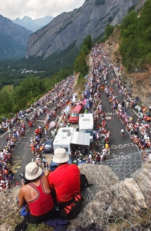 Stort bedre tribuneplass får man ikke på Alpe d'Huez! (AP Photo/Christophe Ena)
