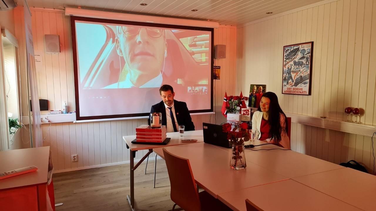 Torbjørn Vereide, fyrste stortingskandidat frå AP Sogn og Fjordane valkrins og Marie Helene H. Brandsdal , andre stortingskandidat til AP Sogn og Fjordane valkrins i samtale med Ap-leiar Jonas Gahr Støre.