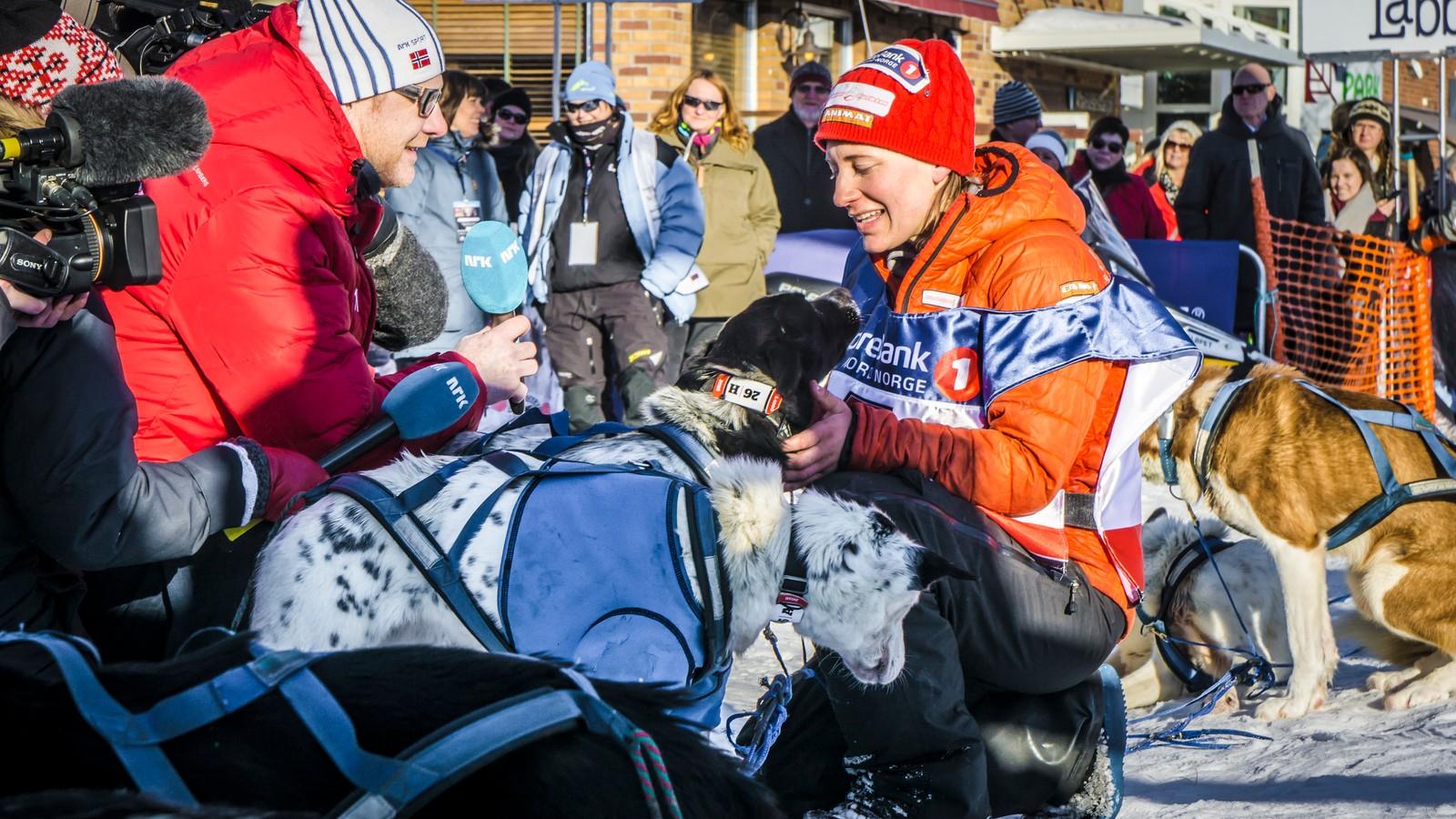 Seiersintervjuet alle vil ha. Norgesmesteren fortalte at hun sang, danset og fortalte vitser til hundene for å holde humøret oppe fram til mål.