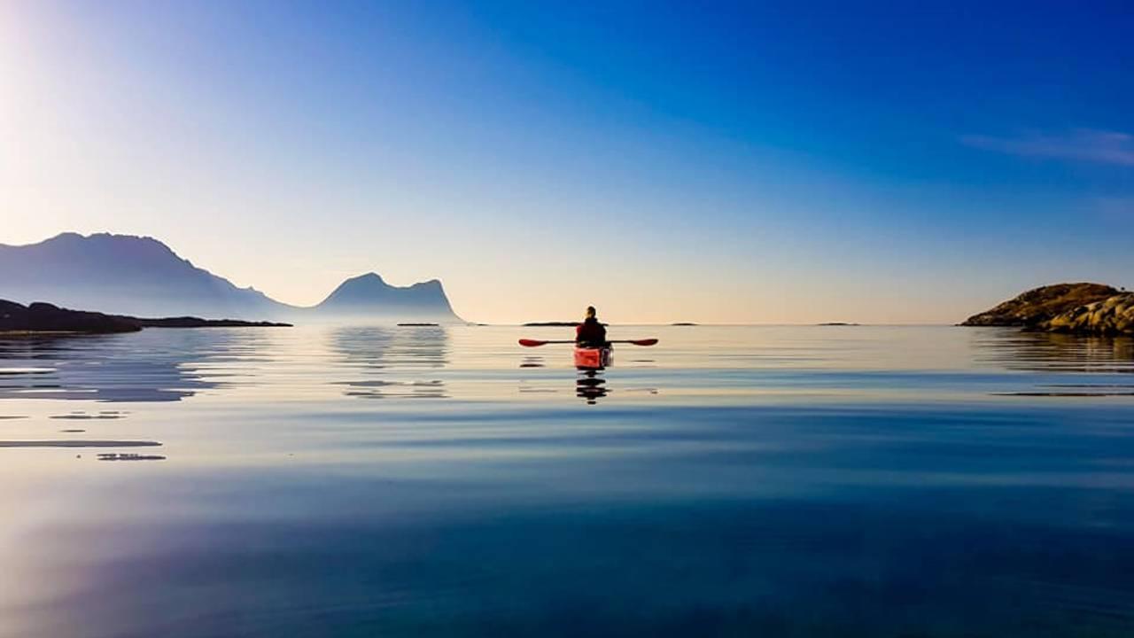 Blikkstille fjord i Bergsfjord på Senja.