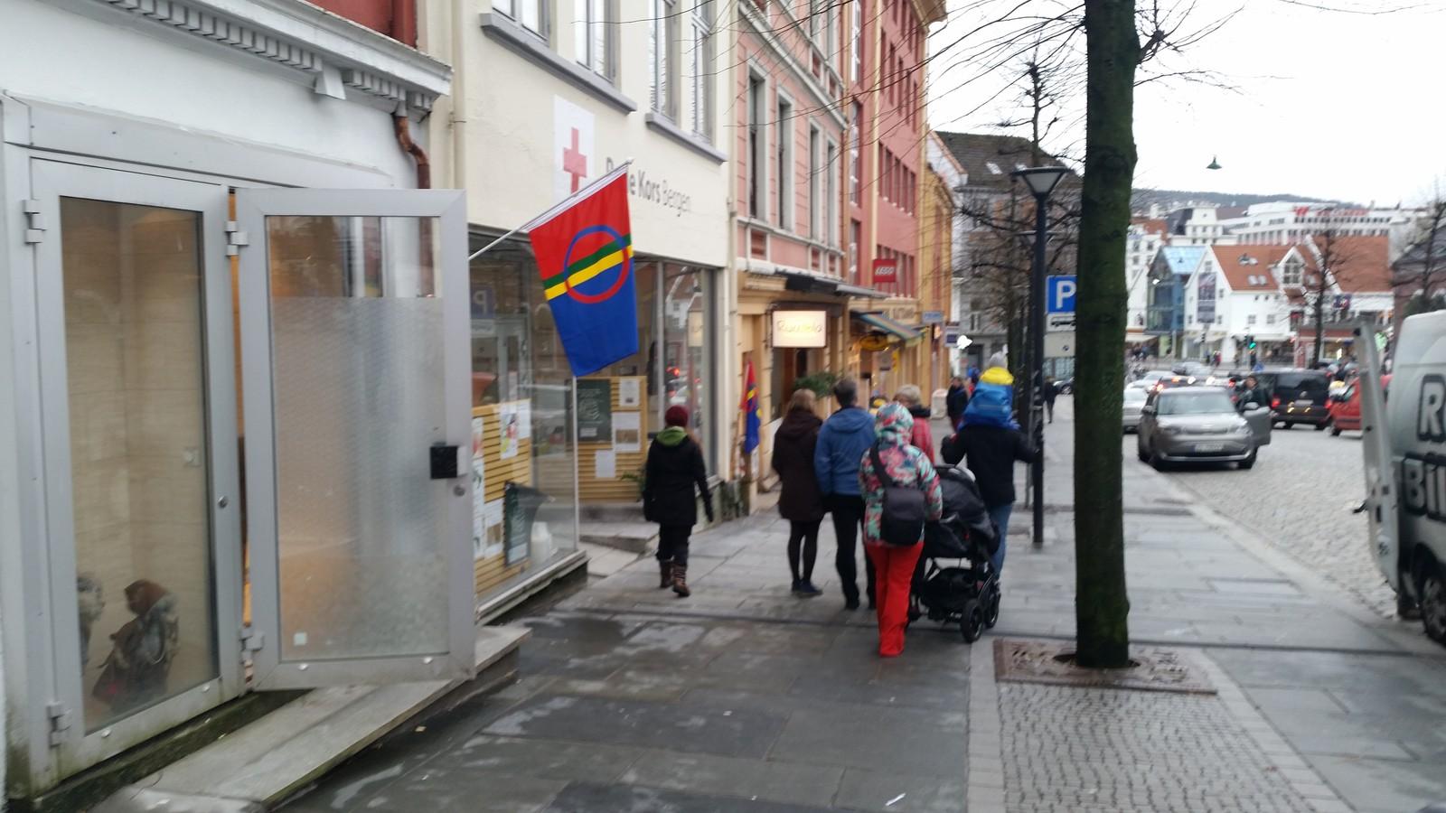 Bergen er også pyntet for nasjonaldagen, her ser vi et av mange flagg fra byens kjerne.