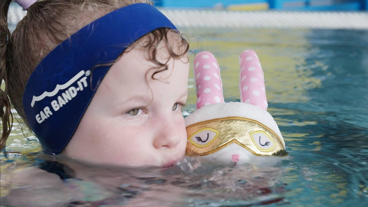 Gabriella (6) fra Trondheim og kosedyrkaninen Kitti (4) øver på å blåse bobler i bassenget.