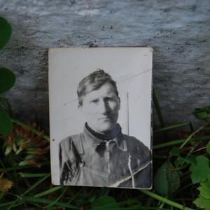 OVERLEVDE: Passfoto av fiskeren og skipperen Martin Kristoffersen, tilhørende sønnen Harry Kristoffersen. Foto: Billy Jacobsen / NRK, 2011