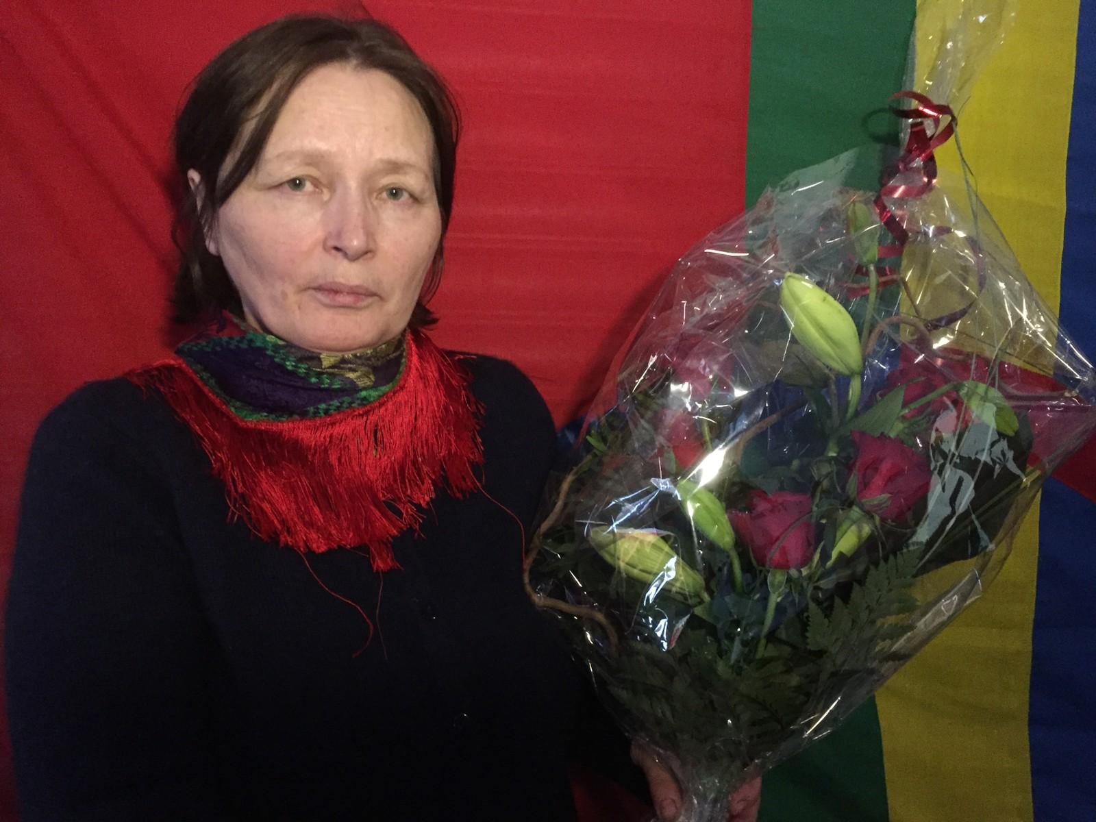 Astrid Båhl fikk overrekt blomster fra Språksenteret i Storfjord for designet av det samiske flagget.