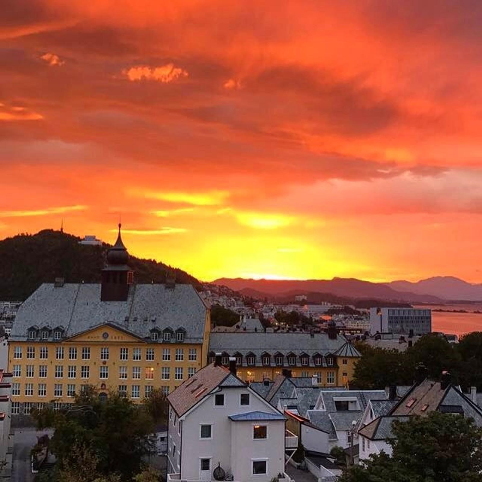 Soloppgang i Ålesund. tonesiriSoloppgang og himmelen i brann ❤️ #sunrise #nrkmogr #ålesund #norway #bypatrioten