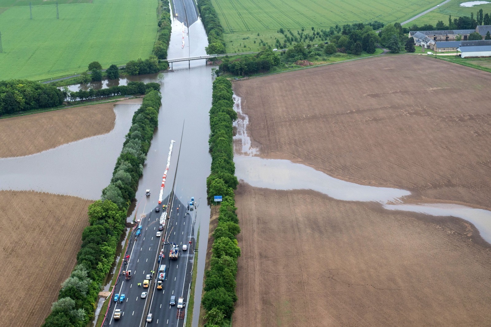 Flom stengte motorveien A10 ved Orleans i Frankrike.