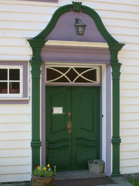Inngangsdøra i hovudbygningen i Øvre Amla. Foto: Kjell Arvid Stølen, NRK.