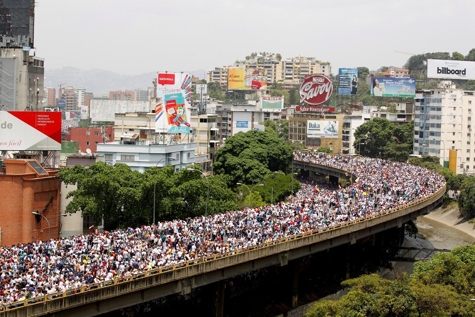 Demonstrantene tok seg ut på motorveien i Caracas.