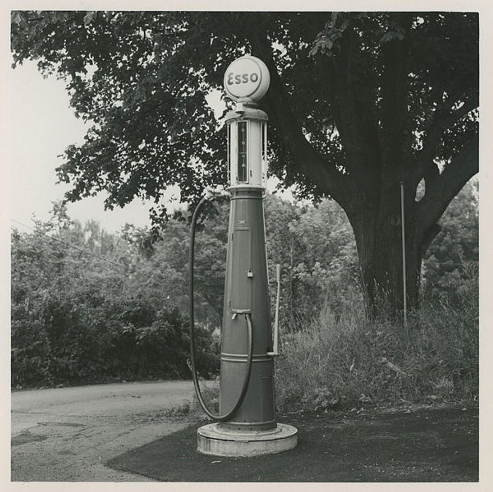 Foreløpig er det ukjent hvor denne bensinpumpen stod. Kanskje du vet det?