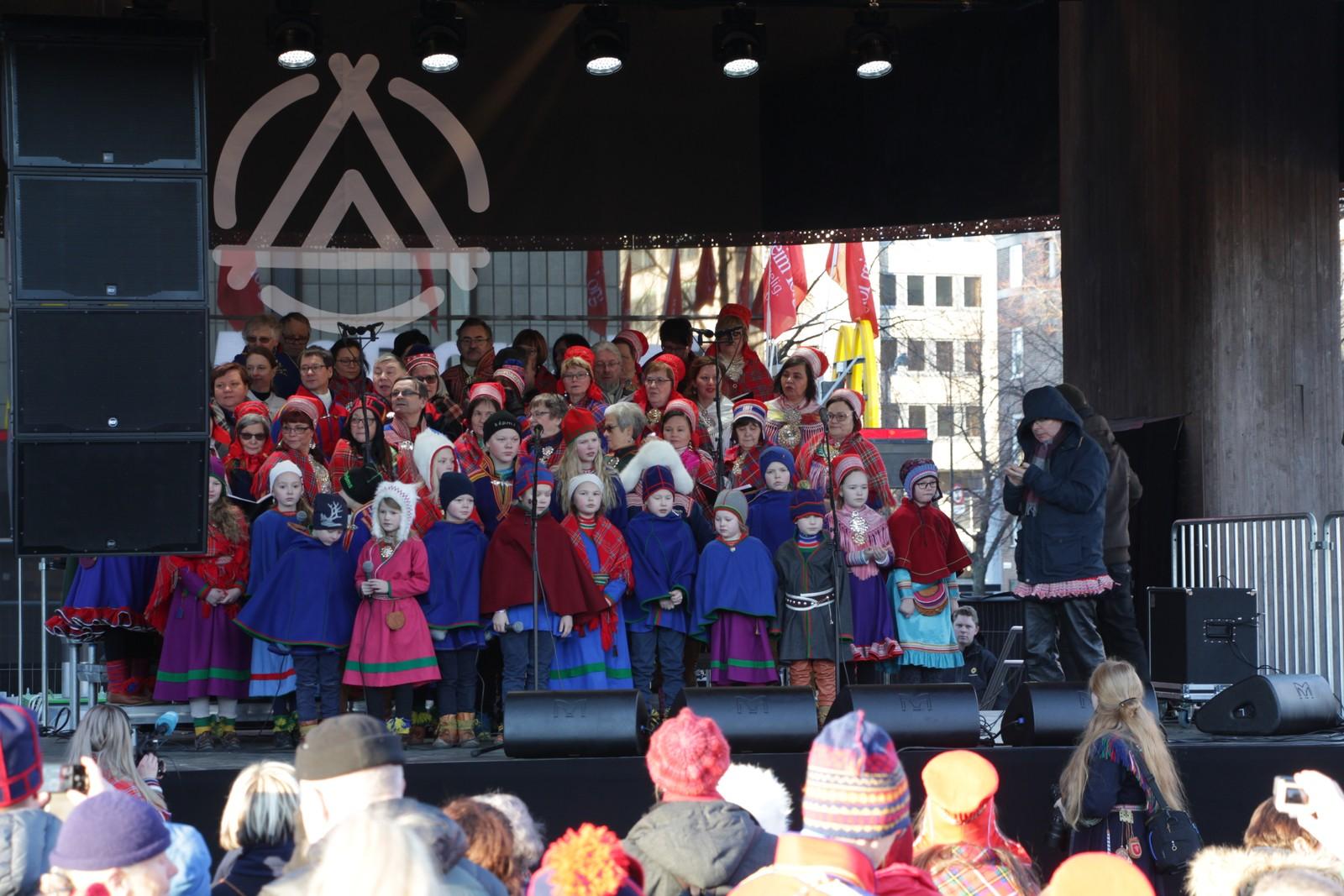 Tråante 2017s åpningsseremoni på Trondheim torg. Barnekor joiker i vei for full hals.