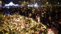 Mange la ned blomster utenfor konserthuset Bataclan, der mange ble drept og skadet. Foto: AfP/FRANCK FIFE