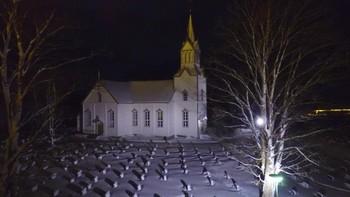 Se kvelds bilde av Frosta kirke fra lufta.