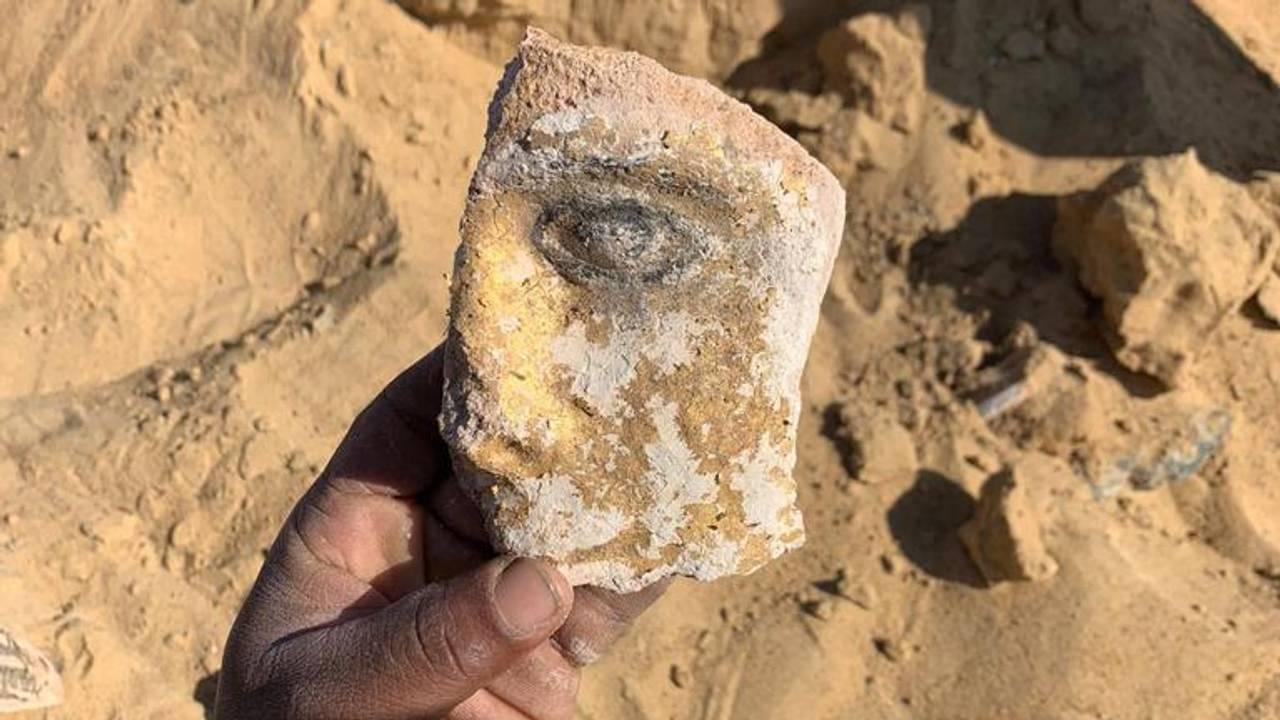 Del av en dødsmaske fra en arkeologisk utgraving i Bahariya Oasis i Egypt