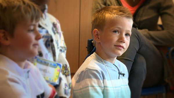 Aleksander er seks år og har spisevansker.       Han får det meste av næringen til kroppen sin gjennom en knapp på magen. Han lærer også å spise mer og mer vanlig mat, og venner seg til forskjellige smaker. Det beste i verden er å spille fotball og til høsten skal Aleksander både begynne i 1. klasse og på ekte fotballtrening.