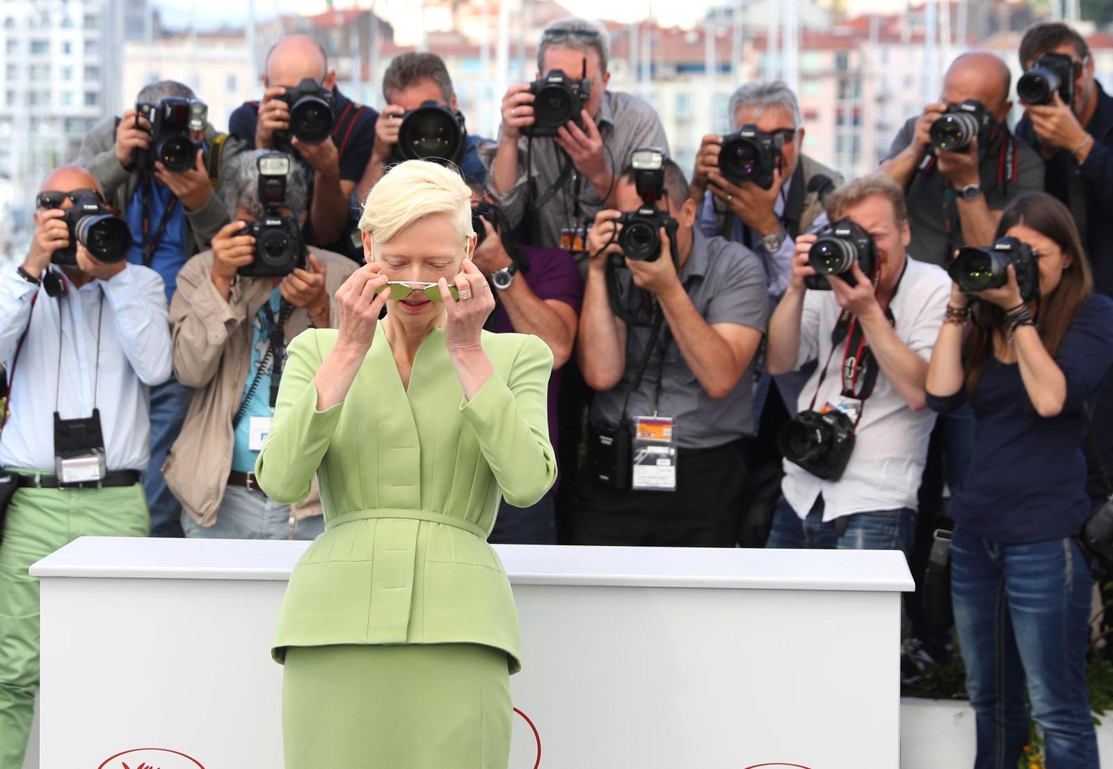 """Det finnes mennesker som slipper å ta selfier. Her er Tilda Swinton før visningen av filmen """"Okja"""" i Cannes i Frankrike."""