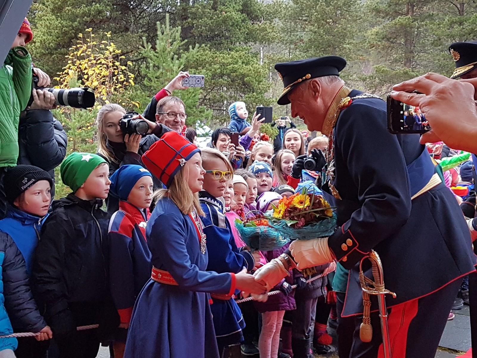 Kong Harald hilser på Eli Máret Kappfjell Gaup (9) og Storm Andre Christensen (10).