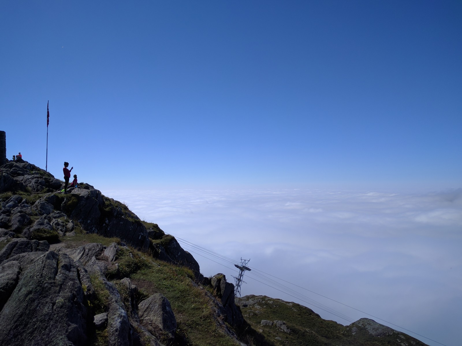NY SJANSE I MORGEN: Torsdagen begynner med tåke, i likhet med onsdagen, men tar du turen opp i høyden, er himmelen blå.