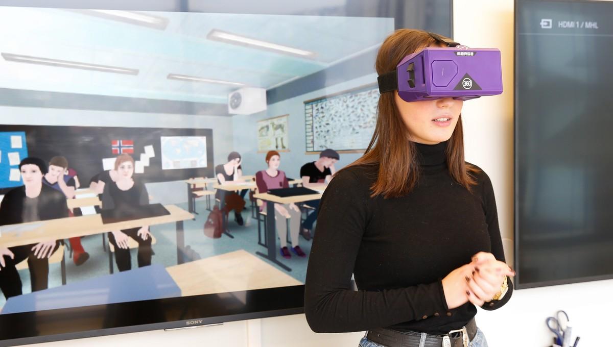 Emma (16) skal hjelpe elever med frykt for å snakke foran klassen med VR- briller – NRK Vestland