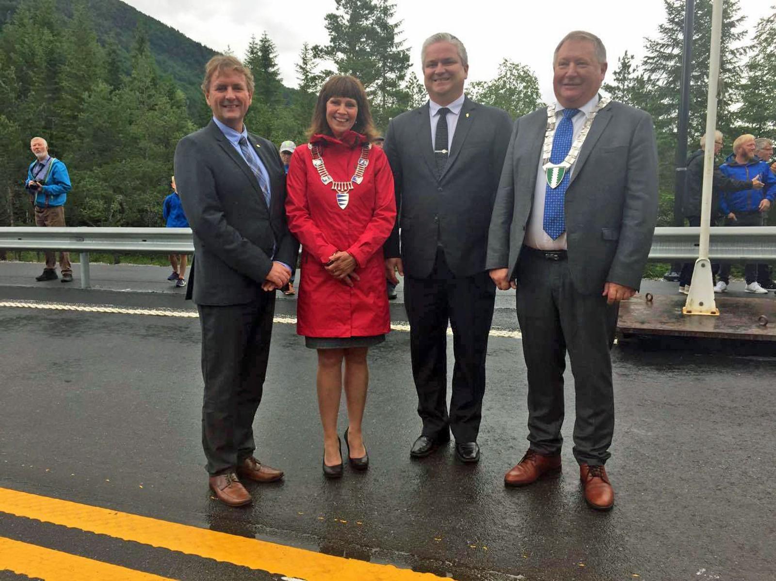 Regionvegsjef Helge Eidsnes, fylkesordførar Jenny Følling (Sp), statssekretær Tom Cato Carlsen og ordførar Mathias Råheim (H) stod for den offisielle opninga.