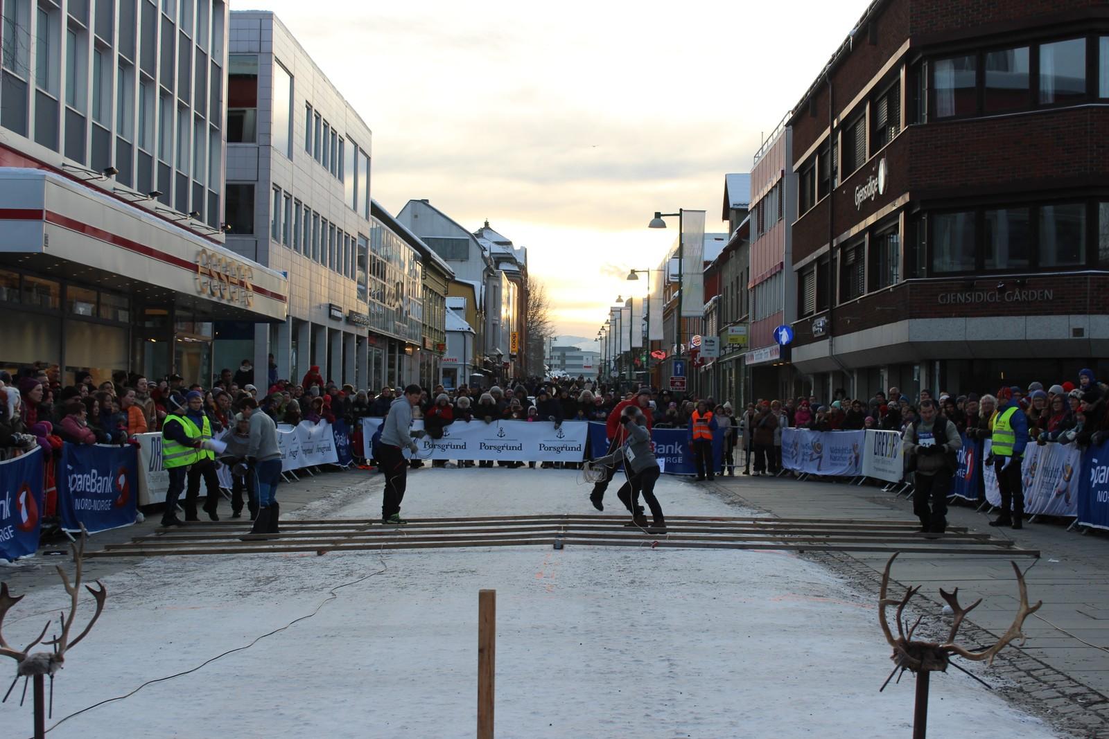 Her ser vi bilde fra NM i lassokasting arrangert av SVL-Norge. Masse fart og spenning på Storgata i Tromsø!