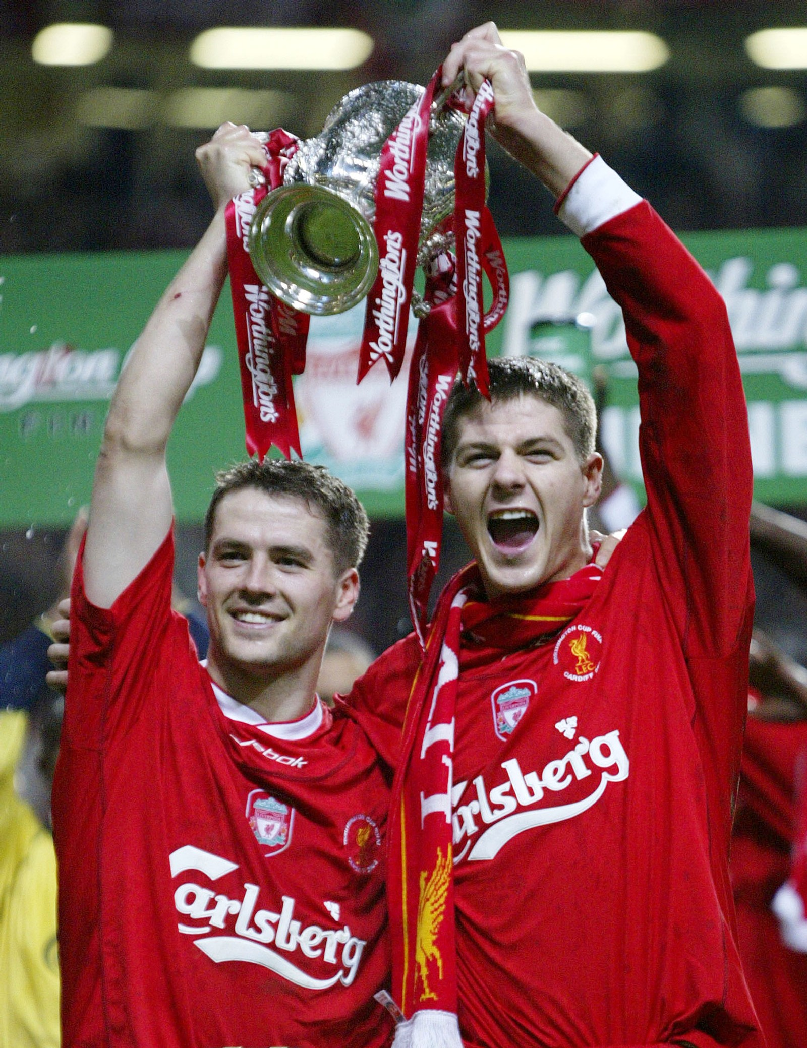 Gerrard jubler med Michael Owen etter at Liverpool vant ligacupfinalen i 2003 mot Manchester United 2-0.. De to scoret begge målene.