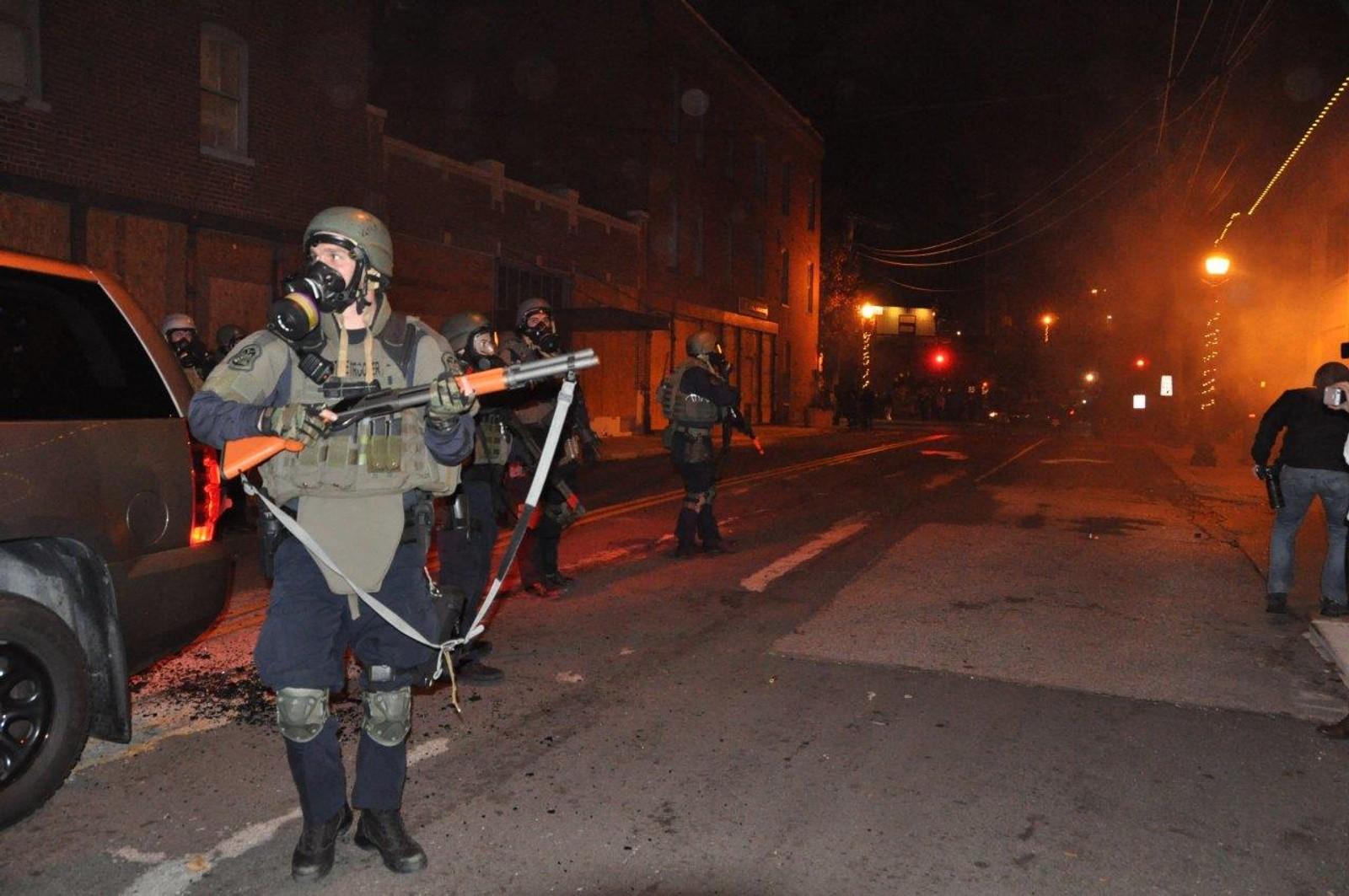 Flere tusen soldater og politifolk er i gatene i Ferguson.