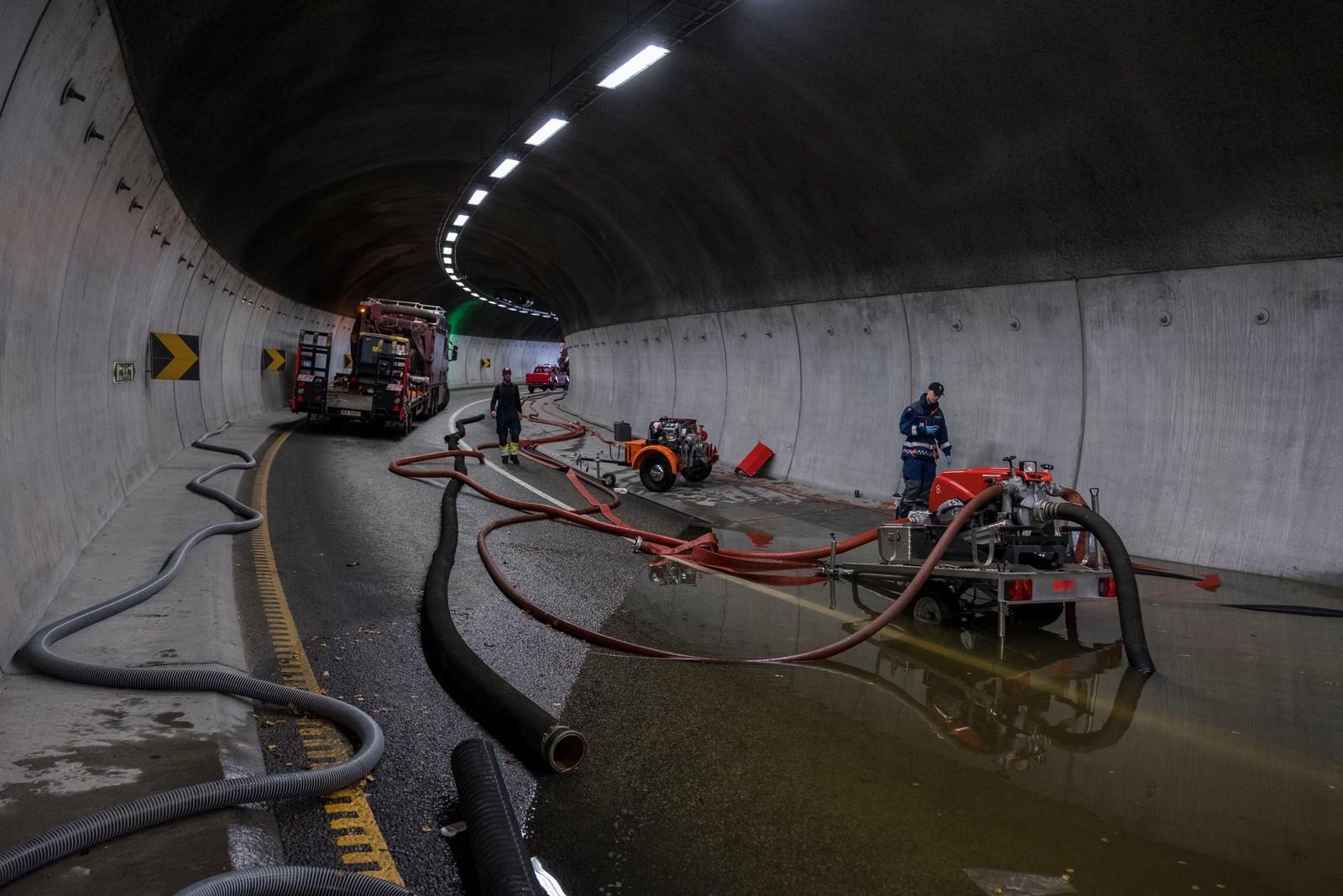 KRISTIANSAND: Regn og uvær på Sørlandet. Deler av Vågsbygdporten tunnel er stengt pga vannmassene. Tunelen knytter Vågsbygd og E39 til sentrum av byen og er et viktig knutepunkt for byen.