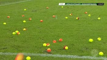 Bortesupporterene til Borussia Dortmund protesterte mot høye billettpriser med å bombardere gressmatta med tennisballer.