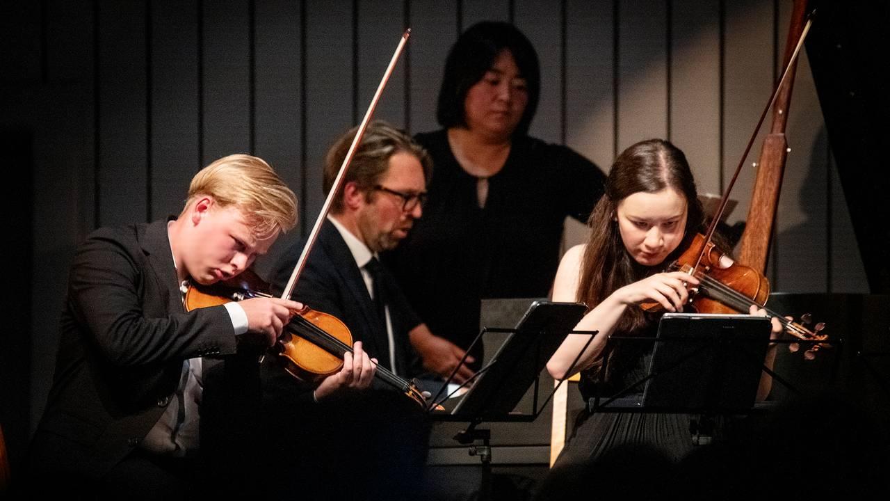 Ludvig Gudim, Sonoko Miriam Welde (fioliner) og Leif Ove Andsnes (piano) under åpningskonserten på Rosendal kammermusikkfestival 2021. Stykket som ble fremført var Antonín Dvořák: Pianokvintett nr. 2 i A-dur, op. 81.
