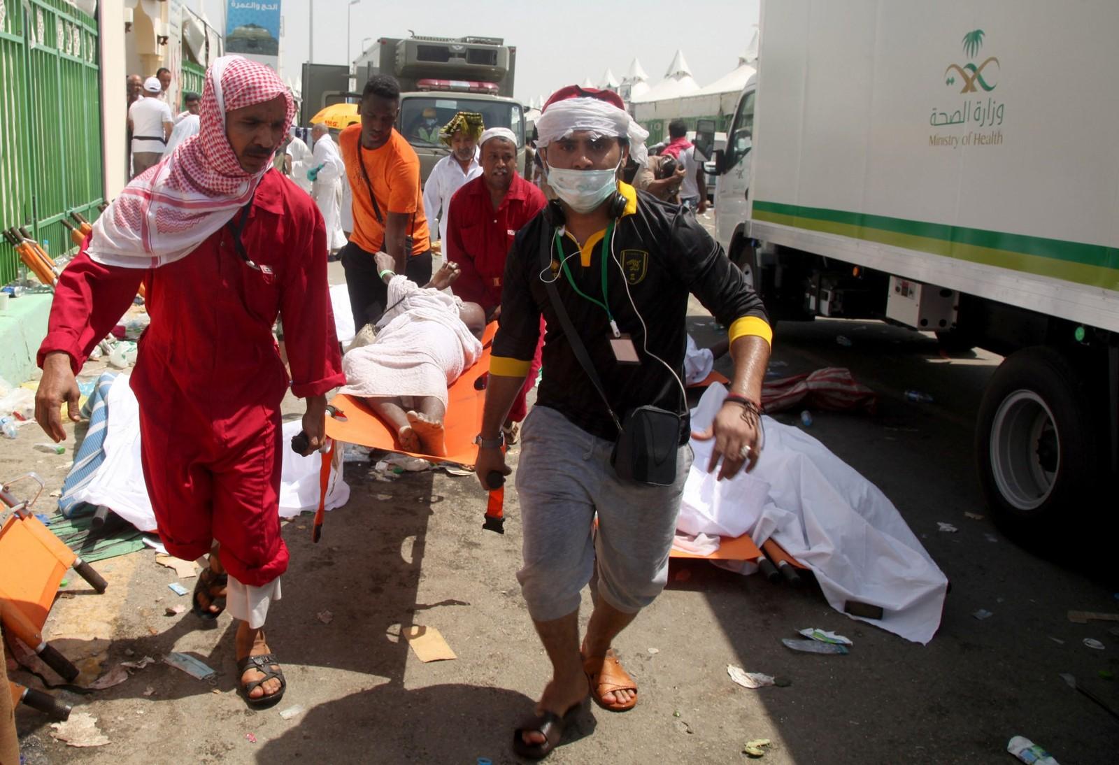 Redningspersonell frakter en skadet person bort på båre.